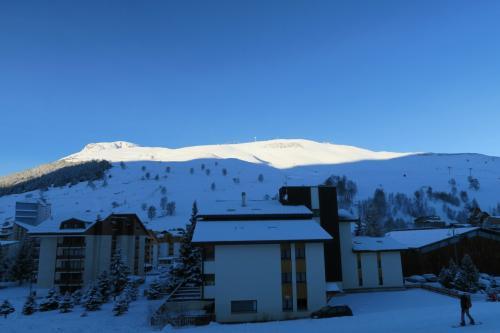リゾートビレッジと対面のスキーエリア(バレーブランシェ)を見る。