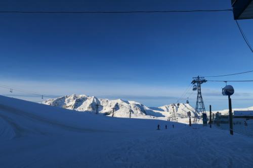 リフトでCretes 2,100m地点まで来ました。さぁスキー開始です。<br />ちなみに、このスキー場は縦長なので、まずJandri Expressという6.5kmもあるゴンドラで最深部へ行くと早いです。リフト乗り継ぎはかなり時間がかかります。 まーゴンドラに載るのも時間がかかるけどね。
