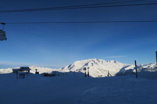 正面に見える山は、アルプデュエズのスキー場がある。
