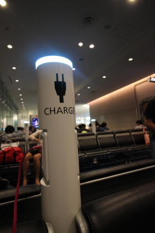 久々の羽田、充電ステーションがところどころに、USBでできるし、外国人には便利ですな。優先搭乗の間、ここでまったり。すると「本日は優先搭乗のお客様が多く〜」とアナウンス。<br /><br />こうなったら、優先搭乗の意味があるのか謎。。。