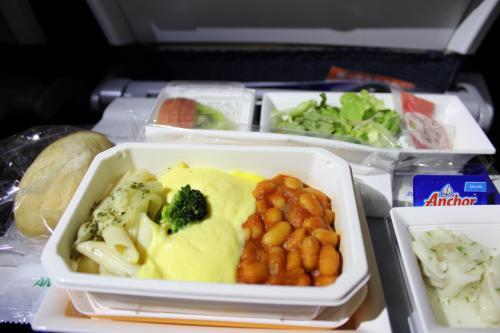 今回はお席がよかったらしく、希望の機内食がトンとおいてくれました。<br /><br />エッグベネディクト、2個は食べれなかった、1個で十分なのは私だけ?