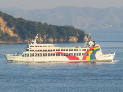 ちょっとフェリーウォッチングを楽しみましょう。<br /><br />国際フェリー(高松〜小豆島池田)の第1こくさい丸(696t)が航行しています。<br />白い船体にレインボーが描かれ、船尾にはパンダちゃんがいます。