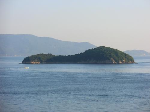 兜島。<br />なんと、森繁久弥さんの島だそうです。