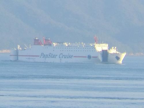 韓国.釜山と大阪を19時間で結ぶパンスターフェリー。<br />元「さんふらわぁくろしお」として東京〜南紀勝浦〜高知航路で活躍していた船体は、「パンスタードリーム」(国際トン数21535t)として日韓国際航路に就航しています。<br /><br />機会があったら、あれで韓国に行ってみたいですね。<br /><br />