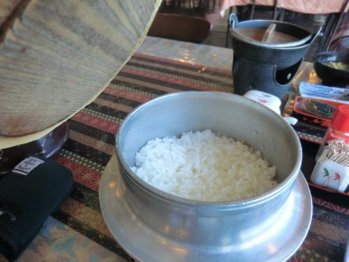 パカッ!<br />釜の中は炊きたて御飯です。