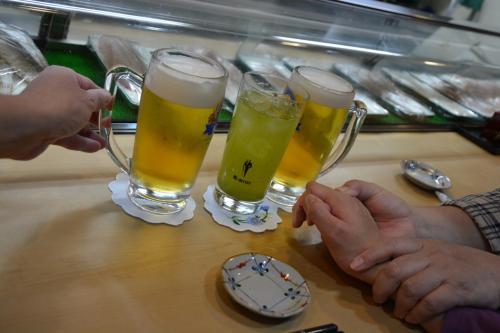 カウンターに座り、生ビールと冷たい緑茶で、乾杯〜♪<br /><br />2階に小上がりもありますが、もう息子を持ち上げることができませんので、最近は、カウンターばかりです ^^;)