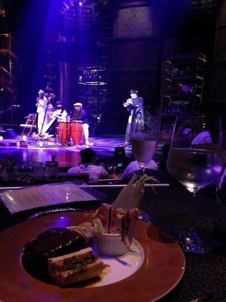 5感に訴える舞台との融合。<br /><br />メインのショーの前には、このようにライブの音楽をBGMにゆっくりと食事が楽しめます。やはり、ショーが始まってしまうと、食べていられないですからね(笑)<br /><br />ここでゆっくりと食事と音楽を、壮大なホールの中でまずは楽しみます。<br /><br />