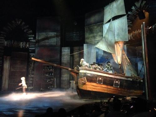 そして、壮大な舞台装置。。。<br /><br />これはレジデント・ショー(常設公演)だからこそ可能な演出です。巡回公演では、味わえない迫力を体験出来ます。<br /><br />それにしても、シルクドソレイユは舞台にむちゃくちゃお金をかけていますよね。。。