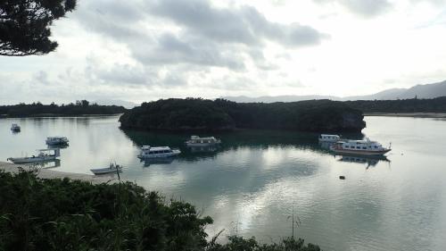 宿の直ぐ横が名勝川平湾であったが、天気が悪くイマイチでした。<br />
