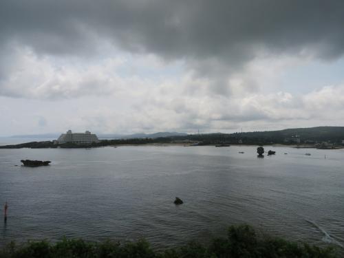 薄暗い雲も発見<br />ビーチとかホテルあって、ここはリゾート地だよね〜