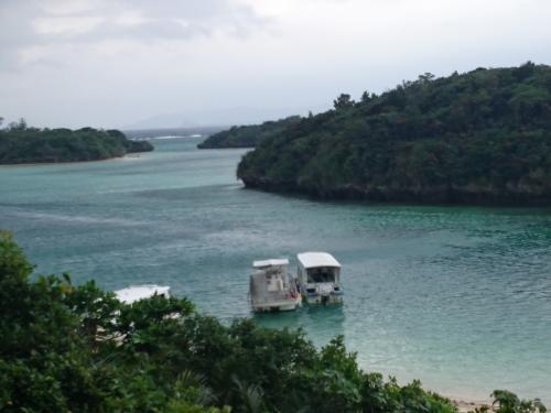 川平湾に到着。すごくきれいだけど、ここまでの海沿いのドライブで、海も緑も堪能してしまっていたので感動薄めです。