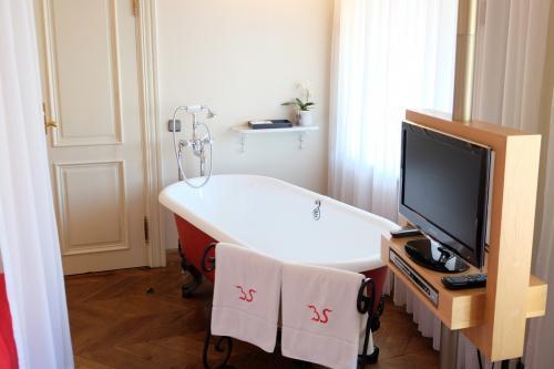 ベッドのお隣にバスダブがあります。<br />(たぶん後付けです)<br /><br />ドアの奥にシャワーブース、トイレ、洗面があります。