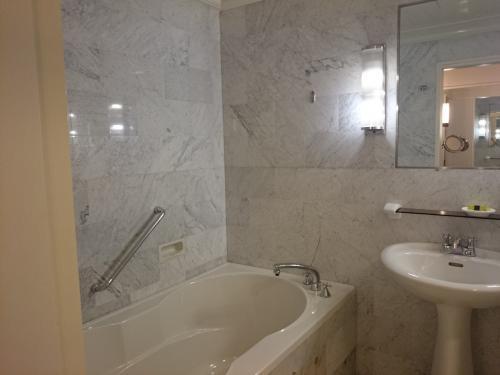 お風呂。。 ホテル内に大浴場があるので、このお風呂は使わなかったです。