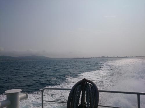 竹富島に向かいます!石垣島から10分くらい。9:30頃の船は、ほぼ満席でした。<br />