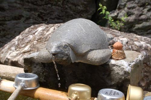亀の口からお水が出ている。
