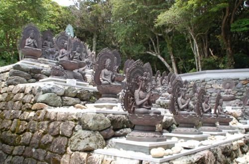 たくさんの仏像が並んでいる。