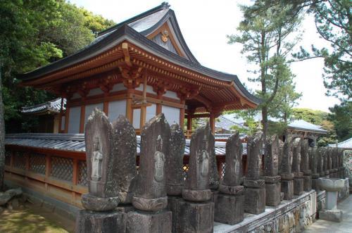たくさんの仏像が立ち並ぶ。