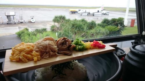お昼時なので、2階のジョイフルで名物の鶏飯をいただきました。