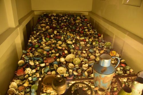 囚人が持ち込んだ食器。 ほかにも眼鏡、鞄、義足などが展示されている。