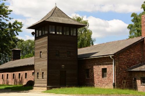 厳重に監視されていた。 150人が脱獄に成功。