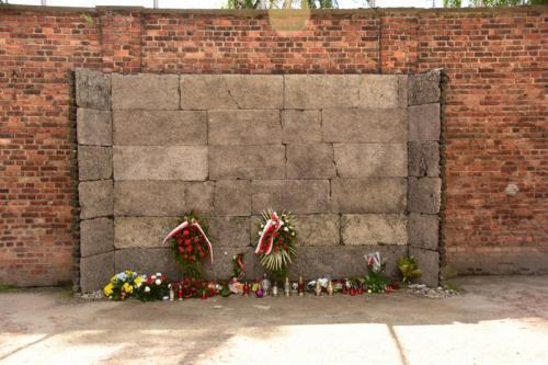 銃殺用に使われた死の壁。