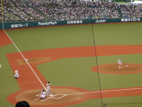 この日は「オリオンビールOKINAWAスペシャルデー」として銘打たれて行われ、具志堅用高が打者として、オリオンビールキャンペーンガールの比嘉優紀さんと対戦しました。