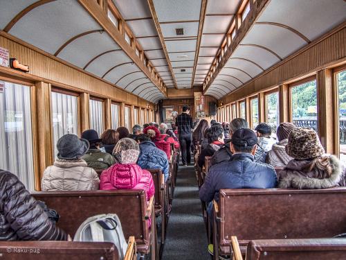 日本人専用の車両です。エキスカーションの券が取れないと思い<br /><br />日本で ネットで申し込み。お部屋にエキスカーションの券が<br /><br />届いた。フロントのお兄さんが 親切に 日本人専用の 列車に<br /><br />乗ったらいいよと わざわざ声をかけていただきました!!<br /><br />チケットを見せると このチケットは 番号が違うのでと<br /><br />ツアーの人は 全員乗られてたのです。<br /><br /><br />個人旅行だって 私は 日本人!!!<br /><br /> 日本人の 列車には ジャパニーズと書かれているのに。<br /><br />後ろのアメリカ人の人は ゲラゲラ笑っていたが・・・<br /><br />アメリカの人たちと 前のほうの 列車に行ったが 納得できず<br /><br />戻って もう1度おかしいと説明すると 乗せてくれ やはり<br /><br />2席空いていた。日本人の車両は後方で 列車が カーブを<br /><br />走ると とても綺麗な 写真が撮れると聞いていたので<br /><br />譲れなかった・・・ 左側に 座り 景色が良いので<br /><br />帰りは 公平に 席を入れ替えします。<br /><br />疲れました〜