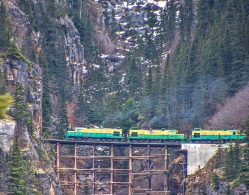 先に出発した 機関車です。<br /><br />下を見ると大丈夫かなと 思ってしまいますが<br /><br />守ってくださいね〜