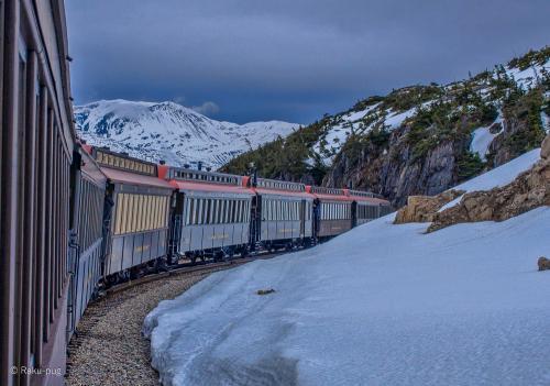 雪山を 走る 機関車 雄大な カナダの山に 囲まれた<br /><br />壮大な 景色。 想像していた美しい自然!!