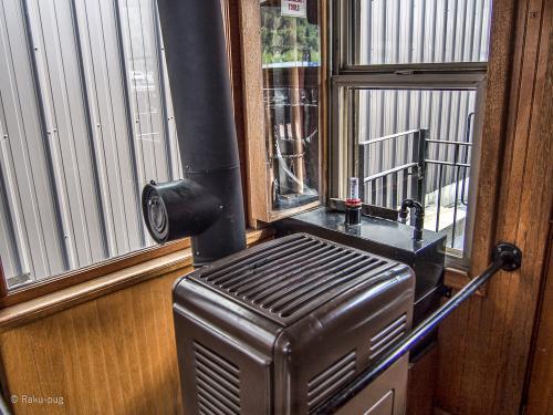 列車の中の ストーブ<br /><br />暖かくて 助かりました!!イイ感じを出していますね<br /><br />トイレもあります。綺麗にされています。