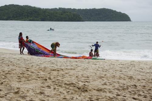 って、着地に失敗して、海の中に不時着してますやん!(汗)<br />ジーンズ一着しかないのに濡れるの嫌だよ!<br /><br />まあ、濡れたら濡れたでそれはそれなんだけど、<br />結局パラセーリングはパス・・・ま、イイか・・・