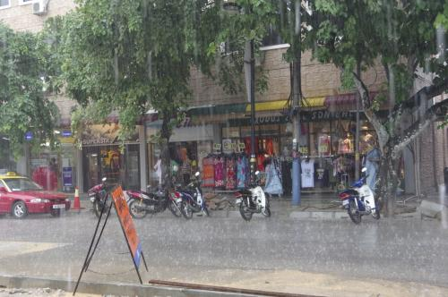 ふおおおおっ、めっちゃ降っとる!!!(汗)<br />さすが東南アジアの雨季・・・<br /><br />でも、この雨宿りの感じ、久々だなあ。<br />何もせず、ただただ雨が止むのを待つこの感じ。<br />日本じゃ傘差しても無駄なくらいの大雨って<br />なかなかないからね。