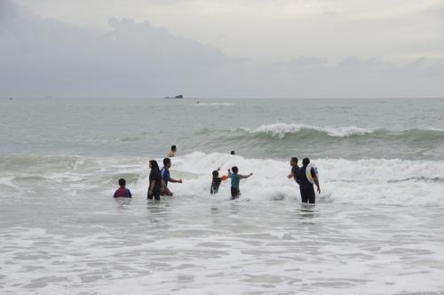 波打ち際で楽しそうに遊ぶ人もたくさん!