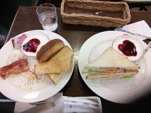 成田空港で朝食<br /><br />空港に着いたら、出張に行くらしい数人の男性がいて、中の一人が叫びました。<br />「ヤベェ、古いパスポートを持ってきたよ!!」<br /><br />家に電話をしたら、隣の家の奥さんに洗濯機を回してもらったと夫が言いました。<br />ちらかってる家の中によ!! 旅に出る前から不愉快になりました。(泣)