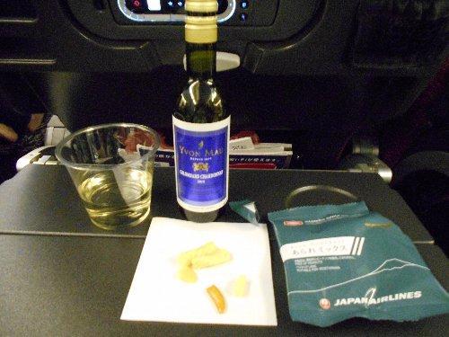 エコノミーの白ワイン<br /><br />ルートはニューヨーク乗換でワシントンへ行って3泊、飛行機でニューヨークへ移動して3泊した後に旅友は帰国し、私は国内線でニューハンプシャーに住む友人の家を訪れました。国内線往復はデルタ航空のマイルで手配、合併前のノースウェスト航空でプリンスエドワード島へ行った時の永久不滅のマイルが役に立ちました。