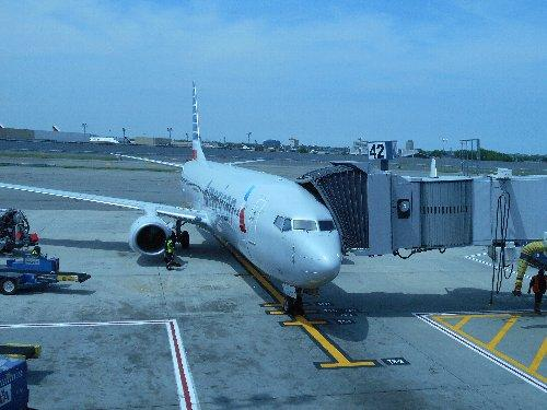 アメリカン航空に乗換<br /><br />さて、無事に税関を通過して右手の出口から隣の部屋に行くと、航空会社のカウンターがあって乗継の飛行機に乗せる荷物を受け取ってくれます。それからが大変、JALが利用するターミナル1からアメリカン航空のターミナル8まで、エアートレイン(モノレール)で移動です。ですから十分な乗継時間が必要で、私達の場合は4時間でしたが最低3時間は必要でしょう。