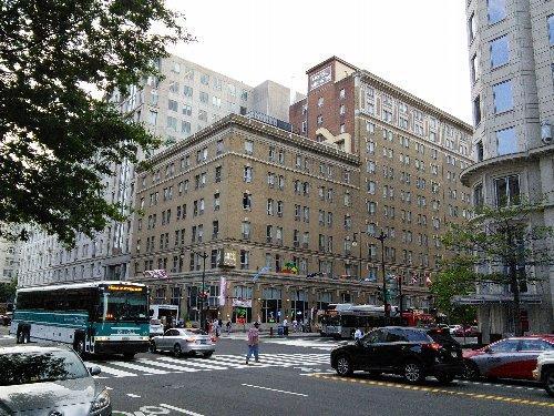 Hotel Harrington<br /><br />ホテルは安いだけあって古いです。築100年だから設備は古いですが、売店のおじさんは簡単な日本語を話したので日本人客も多いのでしょう。