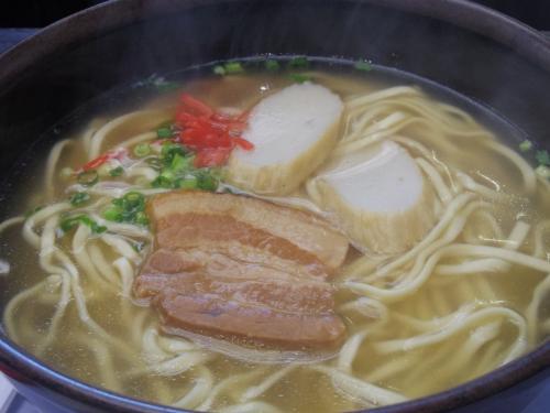 6時40分のやんばる急行に乗るのだけど、空港食堂に駆け込み、沖縄そばを食べる。540円。子供達にもとりわけ。これを食べないと沖縄へ来た気がしないね!ここでお弁当も買って行こうと思っていたのだけど、夜はもうやっていなかった。残念。 <br /><br />http://tabelog.com/okinawa/A4701/A470103/47000364/