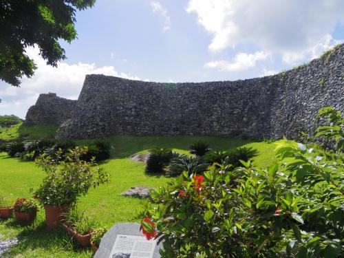 新緑がきれい。城跡と言っても現在残っているのは城壁だけ。13世紀に造られたらしい。