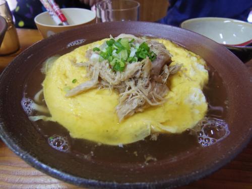 地鶏黄金そばと鶏飯を頼み、子供たちと分けることにする。そばは、上にオムレツが乗っている珍しいタイプ。このオムレツが絶品で、中が半熟でとろとろ!上に乗った割いてある鶏肉がしょっぱめで噛むほどにうまみが増し、卵とぴったり。そういえばこれ親子だわね。スープはさっぱりと鶏ベースのスープ。ほっとする。そばはもちろん沖縄そば。さすが名物メニューだけあっておいしい。850円。