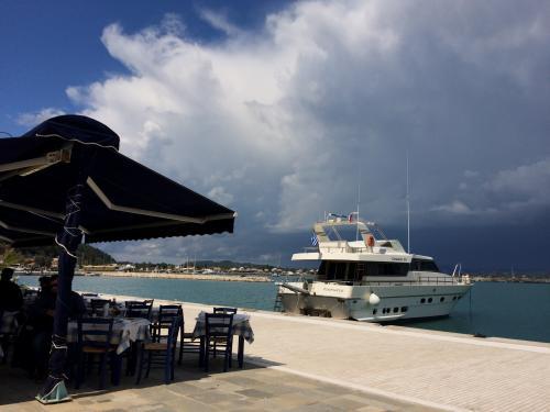 オリンピアに行かずに<br />此処で港を眺めて過ごすゲストもいるようです。<br /><br />