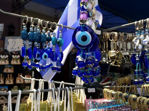 お土産やさんにはトルコの魔よけのナザール・ボンジュウ<br />エーゲ海の島でも売られていました。