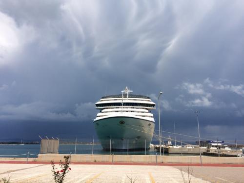 雲が渦巻く港。<br />