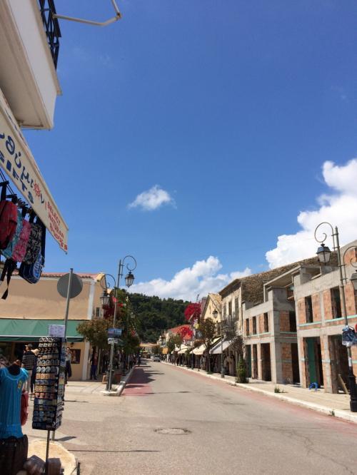 人口600人の小さな港町。<br />誰もいない通りは寂しいですね。。。<br />