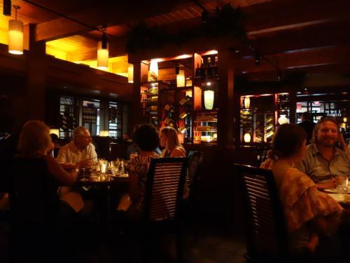 Seasons 52 レストラン<br />アメリカの高級レストランらしく暗い店内