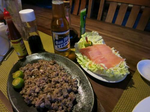 〔Chema's by the Sea Resort〕<br /><br />夕食。<br />大好きなシシグと試しに刺身を注文してみました。