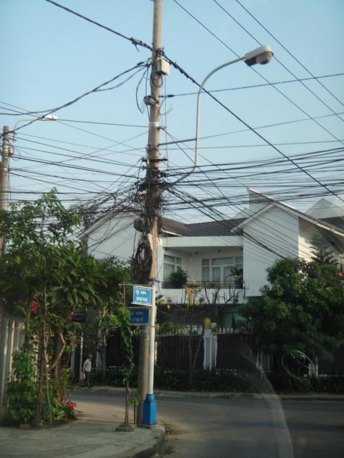 混雑電線。東南アジアではよく見かける光景です。そしてごくまれにファイヤー。