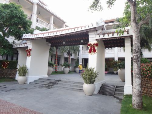 今回の宿「タン ビン リバーサイド ホテル(Thanh Binh Riverside Hotel) 」に到着。<br /><br /> なぜかまだクリスマスチック。