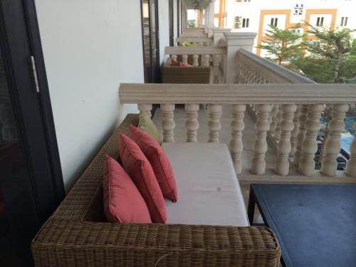 バルコニーにはソファーとイスとテーブルがありますよ。<br /> お隣さんと虫はちょっと気になるけど、眺めもいいし、涼しいですよ。