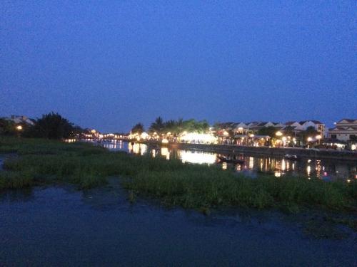 日が暮れるとホイアンの旧市街に灯りがともっていい感じ。